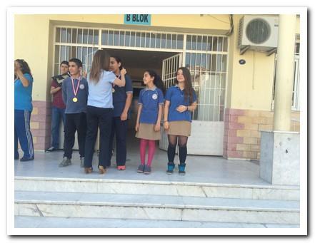 Öğrencilerimiz madalyalarını alıyorlar